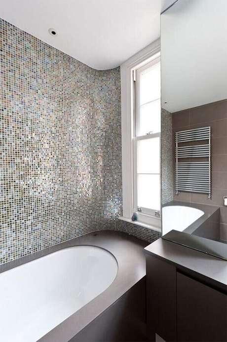 42. Pastilha de vidro para banheiro com banheira – Foto: Moon Design + Build