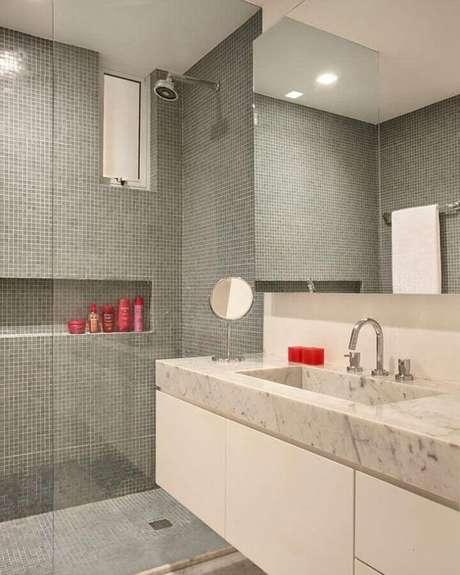 43. Decoração clean para banheiro com pastilha de vidro dentro do box com nicho embutido – Foto: MFSanches Interiores