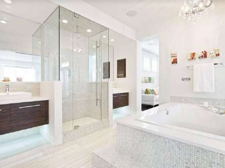 44. Pastilha de vidro para banheiro todo branco com banheira e box de vidro – Foto: Home By Avi