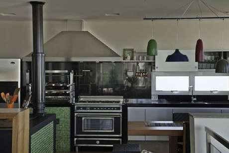 45. Pastilhas de vidro verde para cozinha planejada – Foto: Construtora Dez
