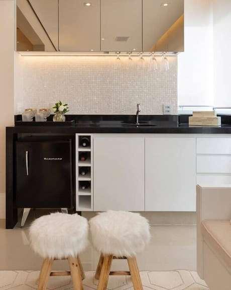 47. Pastilhas de vidro brancas para cozinha planejada com bancada preta e armário espelhado – Foto: Monise Rosa Arquitetura