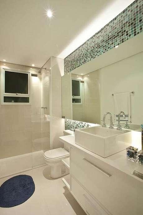 49. Pastilhas de vidro para banheiro todo branco – Foto: Assetproject