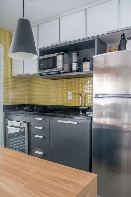 51. Escolha cores bem vivas para pastilhas de vidro para compor a decoração de cozinhas modernas com cores sóbrias – Foto: Pinosy