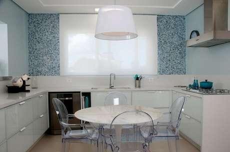 1. Cozinha com parede com pastilhas de vidro azuis deixou o ambiente mais exclusivo e clean – Foto: Foto Juliana Pippi