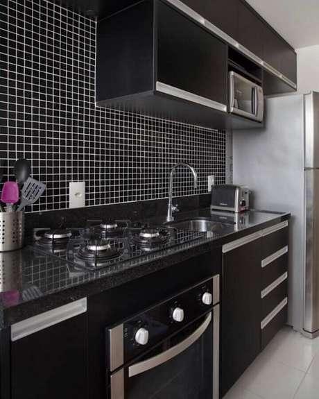 56. Pastilhas de vidro para cozinha preta planejada – Foto: MFSanches Interiores