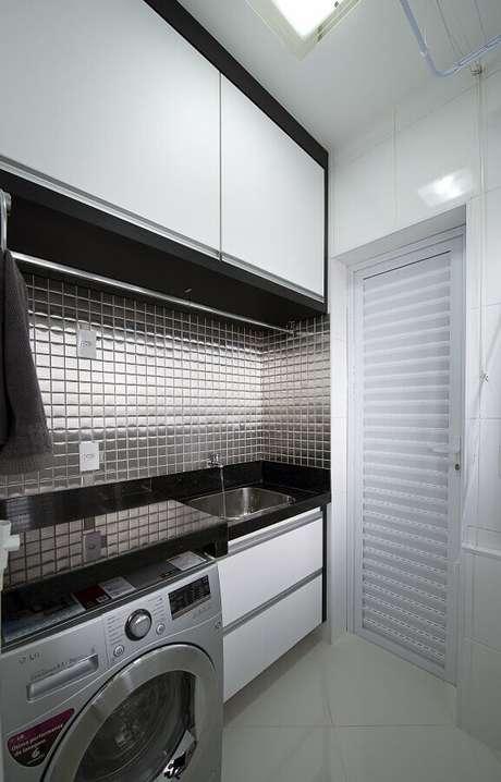 57. Pastilhas de vidro com acabamento metalizado são ótimas para colocar um toque moderno na decoração – Foto: Iara Kilaris