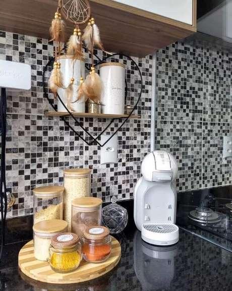 58. Pastilhas de vidro para cozinha com bancada preta – Foto: Apartamento Criativo