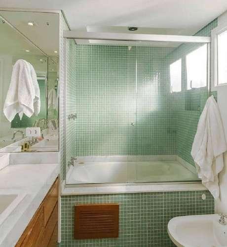 59. Banheiro com pastilha de vidro e armário de madeira – Foto: Fernanda Duarte Interiores