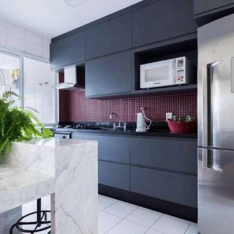 60. Pastilha de vidro vermelha para decoração de cozinha preta moderna – Foto: Mise Arquitetura