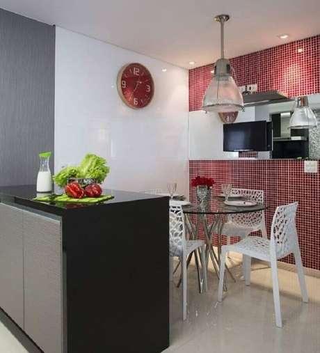 62. Pastilha de vidro vermelha para decoração de cozinha com mesa de vidro – Foto: Érica Salgueiro
