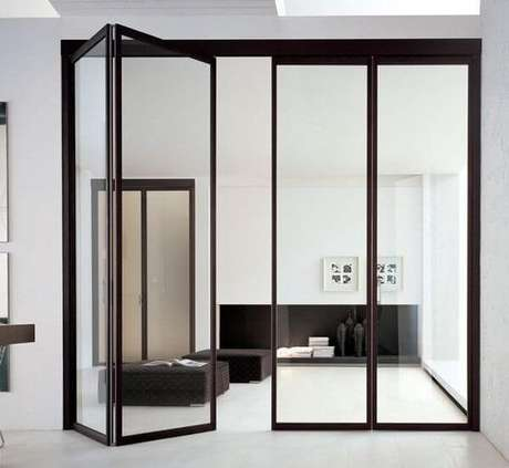 39. Porta com estrutura preta e de vidro