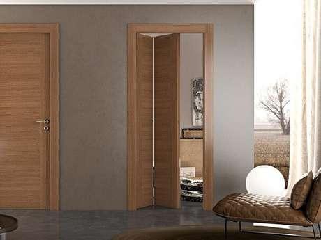 16. Porta camarão de madeira ao lado de uma porta tradicional