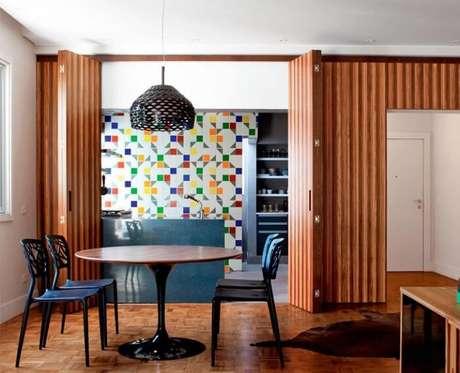 70. Porta de madeira camarão divide ambientes. Fonte: Pinterest