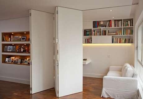 32. A porta branca é uma boa opção para combinar com a parede da mesma cor. Projeto de Renata Molinari