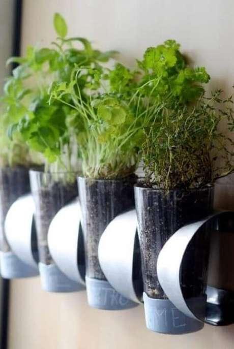 43. Suporte transparente com nomes em horta em casa. Foto de Italian Light Design Ideas