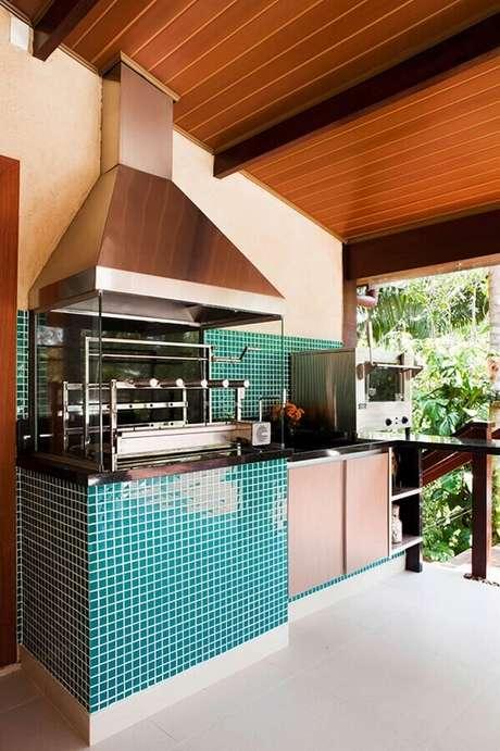63. Decoração de varanda gourmet com pastilha de vidro verde e churrasqueira de vidro – Foto: Infinity Spaces