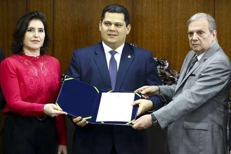 A presidente da CCJ, senadora Simone Tebet, e o presidente do Senado, Davi Alcolumbre, recebem a proposta de reforma da Previdência do relator Tasso Jereissati.