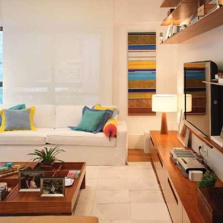 4. Crie uma decoração divertida na sala com sofá branco usando cores mais vibrantes em detalhes – Foto: Adriana Valle Patricia Carvalho