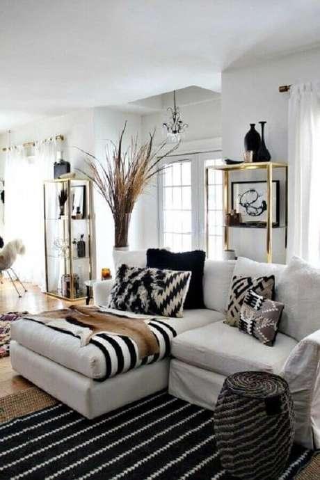 11. As almofadas estampadas são ótimas opções para decorar o sofá branco – Foto: Original Home