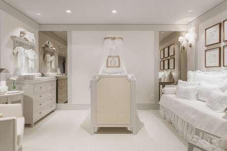 9. Aqui o berço estilo provençal foi posicionado no centro do quarto do bebê. Fonte: Pinterest