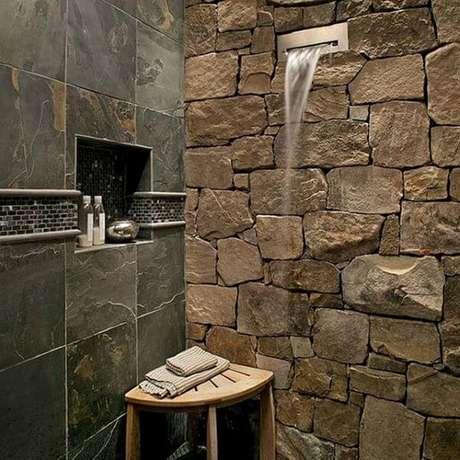 37. Banheiro rústico com revestimento de ardósia – Por: Instazu