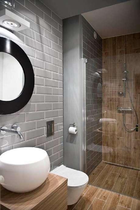 65. Azulejo para banheiro cinza se contrasta com a madeira. Fonte: Pinterest