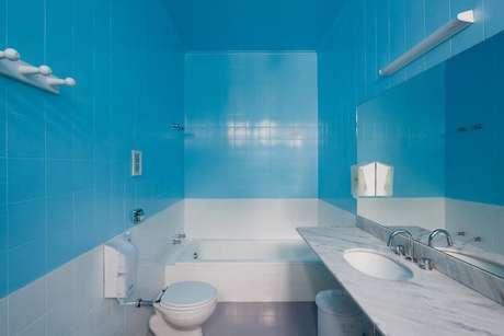 62. Banheiro coberto por azulejos azuis. Projeto de Felipe Hess