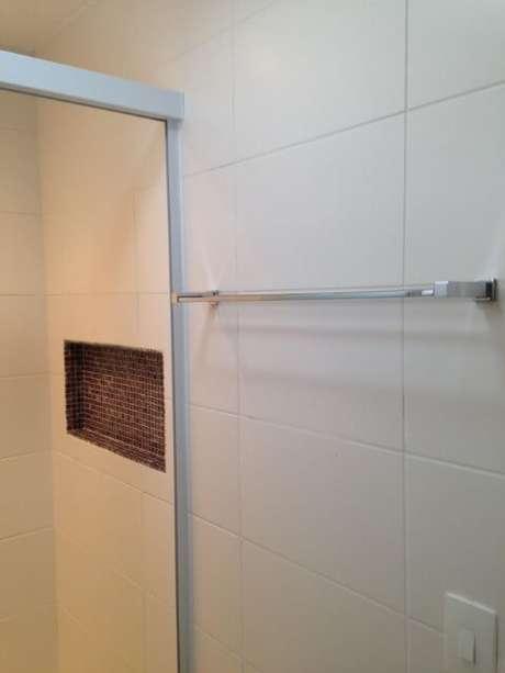 27. O azulejo branco é tradicional nos banheiros. Projeto de Iago Patucci