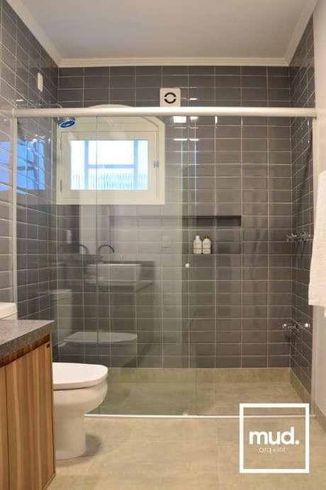 12. Os azulejos para banheiro cinza podem ficar muito bonitos, como neste projeto de Larissa Neitzel
