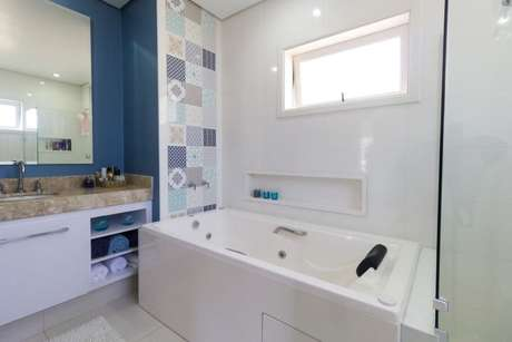 61. Parede com azulejos na área da banheira. Projeto de Engenharia e Arquitetura
