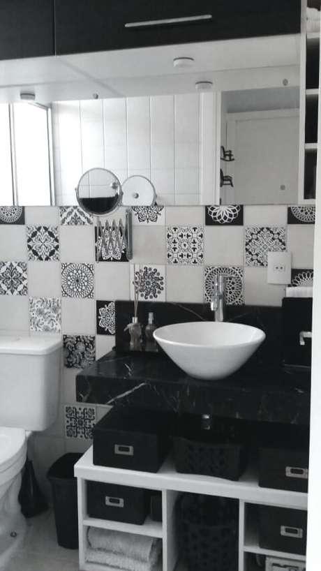 39. Azulejo para banheiro colorido combinado com azulejo liso. Projeto de Nadine Brandão Coutinho