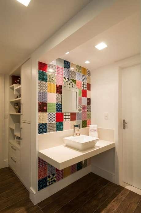 57. Parede coberta com azulejos de estampas coloridas. Projeto de Bernal Projetos