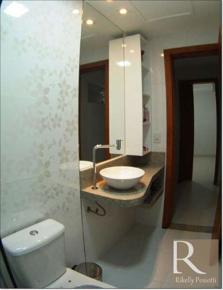 55. Azulejo para banheiro com adesivo de flor. Projeto de Rikelly Pessotti