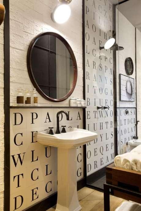 34. Aqui vemos um modelo de azulejo para banheiro diferente estampado com letras. Projeto de Paola Ribeiro