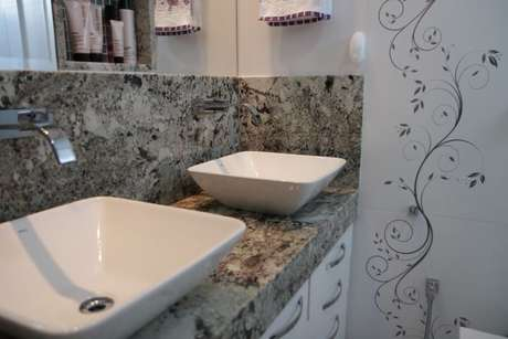 29. O azulejo para banheiro decorado é bem delicado. Projeto de Karen Pelegrini Luz
