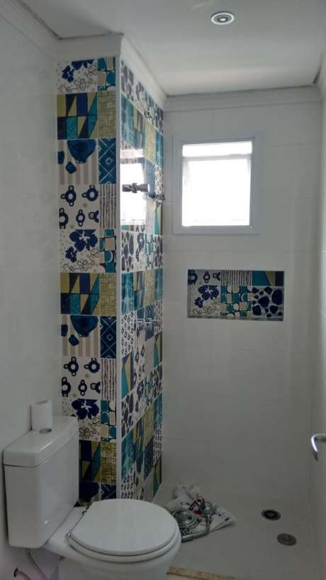 30. A combinação de azulejo para banheiro decorativo fica muito interessante tanto na parede quanto em detalhes. Projeto de Christiane Kizzy Fritzsons