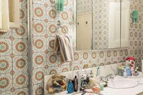 35. O azulejo para banheiro florido deixa o banheiro bem interessante. Projeto de Casa Aberta