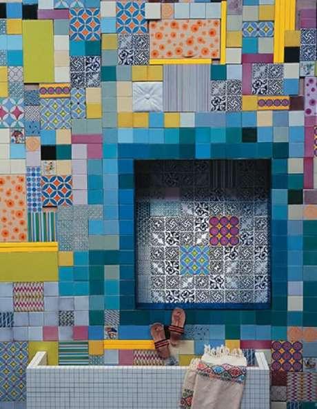 77. Azulejo para banheiro em patchwork encanta a decoração do espaço. Fonte: Dcoração