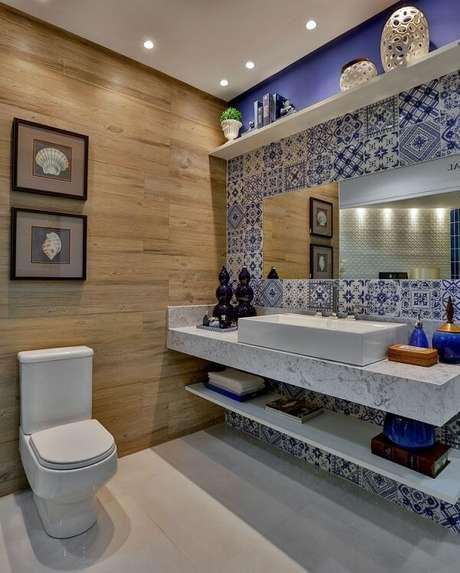 78. Azulejo para banheiro em patchwork se contrasta com a bancada de mármore. Fonte: Pinterest
