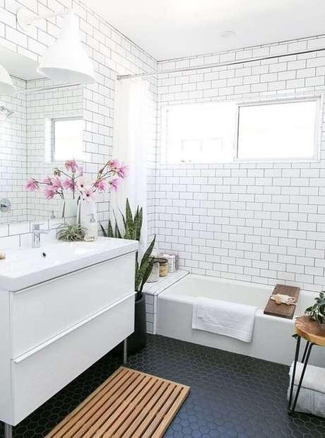 67. Azulejo para banheiro estilo metrô encanta a decoração do espaço. Fonte: Pinterest