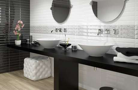 68. Azulejo para banheiro estilo metrô se harmoniza com a bancada preta. Fonte: Pinterest