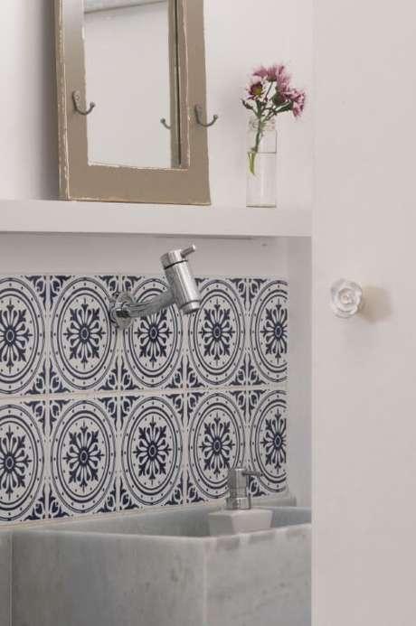 51. Mosaico de azulejo para banheiro. Projeto de Erika Gibrin