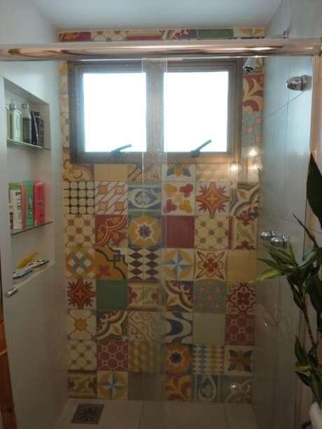 16. Os azulejos hidráulicos ficam alegres no banheiro. Projeto de Maria Helena Torres