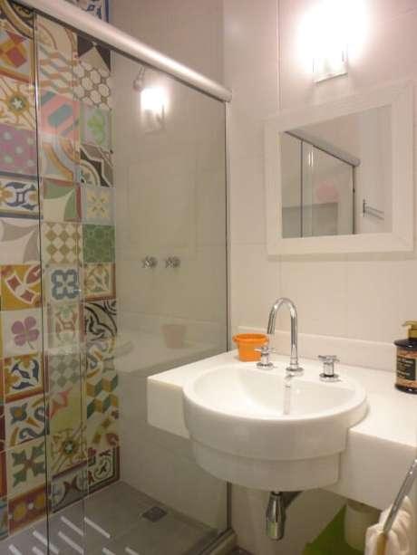32. Parede coberta por azulejo para banheiro hidráulicos. Projeto de Maria Helena Torres