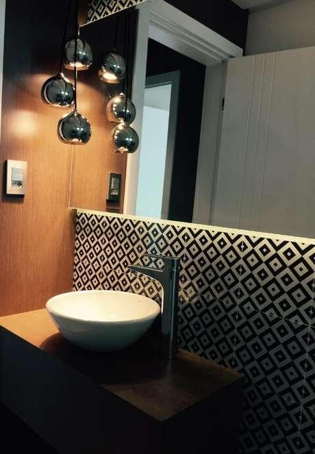 60. Os azulejos para banheiro preto e branco dá um ar moderno ao projeto de Thiago Zuza Design