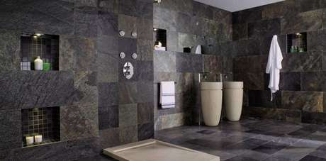 50. O revestimento de ardósia é ideal para ser usado no banheiro – Por: Pinterest