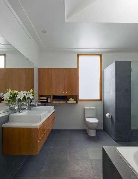 49. O banheiro de ardósia cinza está lindo – Por: Pinterest