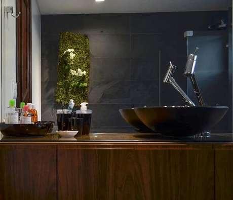 51. O banheiro com revestimento preto é perfeito para o banheiro – Por: Pinterest