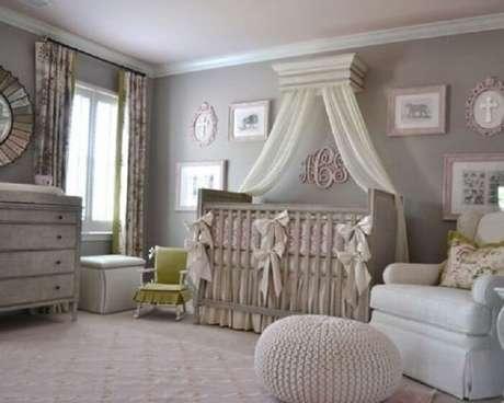 43. Quarto de bebê com estilo provençal em tons de cinza, rosa e branco. Fonte: Pinterest