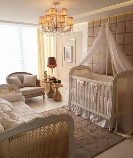 11. Berço provençal branco se harmoniza com a decoração do quarto de bebê. Fonte: Pinterest